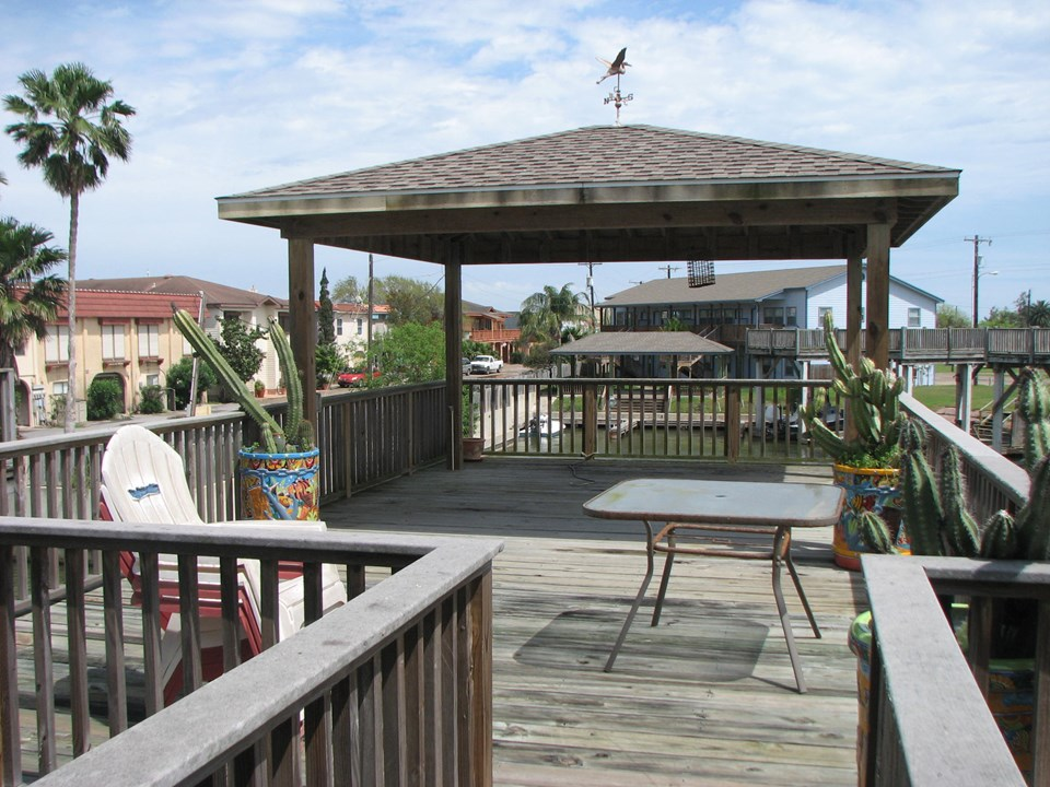 the upper covered deck gives you a spectacular view the prevailing summer wind comes from the south/southeast and this deck enables you to enjoy this summer wind!
